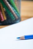 Wiązka kolorów ołówki z białego papieru prześcieradłem Fotografia Stock