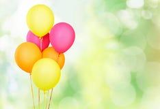 Wiązka kolorowi balony na błękitnym tle obraz royalty free