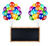 Wiązka kolorowi balony niesie latającego billboard fotografia stock