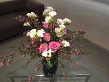 Wiązka kwiatu projekt na szkło stole Fotografia Stock