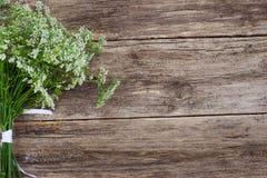 Wiązka kwiaty na drewnianym tle, copyspace zdjęcie royalty free