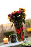 Wiązka lato kwiaty i burrning świeczka na tarasie Fotografia Stock