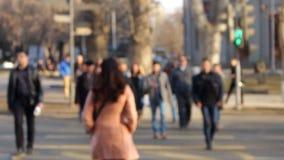 Wiązka ludzie z ostrości przetrawersowywał drogę przed kamerą zdjęcie wideo