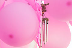 Wiązka obwieszenie menchii lotniczy balony, wiatrowi kuranty, fryzujący faborek, przyjęcie urodzinowe, dziecko prysznic dekoracja Obrazy Stock