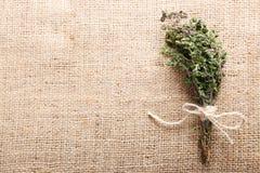 Wiązka organicznie macierzanka na burlap tle Fotografia Stock
