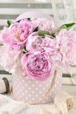 Wiązka peonia w podławym szyka stylu wnętrzu Fotografia Royalty Free