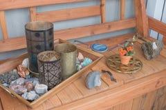 Wiązka przypadkowe błyskotki umieszczać na jaskrawej drewnianej ławce obraz royalty free