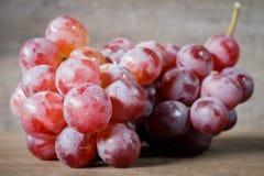 Wiązka różani winogrona na drewnianym Fotografia Royalty Free