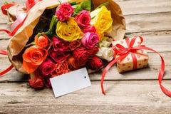 Wiązka róże i prezenta pudełko z pustą etykietką zdjęcia royalty free