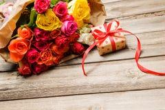 Wiązka róże z prezenta pudełkiem obraz royalty free