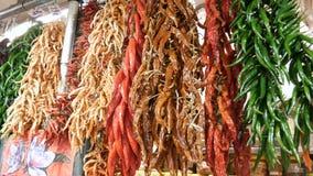 Wiązka różni czerwoni żółtej zieleni brązu chili pieprze nad kontuarem rynek los angeles Boqueria, Hiszpania Pieprz dla zdjęcie wideo