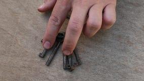 Wiązka różni klucze w ręce zbiory