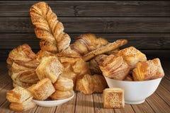 Wiązka Różnorodny Sezamowy Serowy Ptysiowy ciasto I Croissant Ustawiający Na Nieociosanej Bambusowej miejsce macie Fotografia Stock