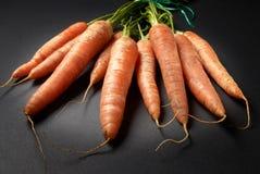 Wiązka surowe Organicznie marchewki fotografia stock
