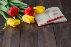 Wiązka tulipany i miłości wiadomość zdjęcie royalty free