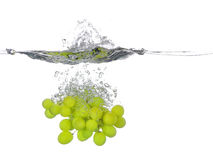 Wiązka zieleni winogrona spada w wodę, z pluśnięciem Obraz Royalty Free