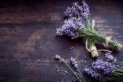 Wiązki świeża aromatyczna lawenda na nieociosanym drewnie zdjęcia royalty free