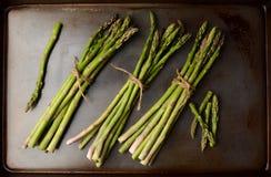 Wiązki asparagus na kucharstwa prześcieradle zdjęcie royalty free