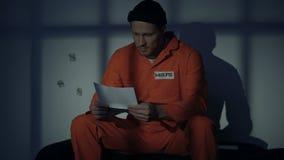 Więźnia odbiorczy list od rodziny, czuć homesick, zastosowanie dla pardonu zbiory wideo