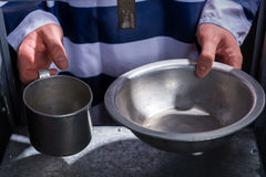 Więźnia ` s wręcza mieniu aluminiowych naczynia w dziurze dla ximpx Zdjęcie Royalty Free