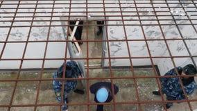 Więźniarski oficer przynosi więźniów podwórze więzienna instytucja, Rosja, zima zdjęcie wideo