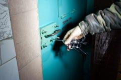 Więźniarski strażnik otwiera drzwi Fotografia Stock