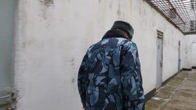 Więźniarskiego oficera monitorowanie ochrona w inter jardzie rosyjski penitencjarny koloni więzienie przy zimą i zbiory wideo