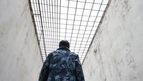 Więźniarskiego oficera odprowadzenie w inter jardzie w rosyjskiej penitencjarnej koloni, więzienie, więzienie przy zimy glidecam zdjęcie wideo
