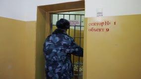 Więźniarskiego oficera odprowadzenie w korytarzu rosyjska penitencjarna kolonia, więzienie, więzienie przy zimy glidecam zbiory wideo