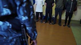 Więźniowie stoją w przodzie więźniarskiego oficera wśrodku komórki więzienna kolonia, Rosja zbiory wideo