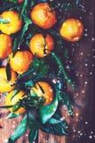 więcej toreb, Świąt oszronieją Klaus Santa niebo Świezi tangerines z płatkami śniegu i defocused g obrazy stock