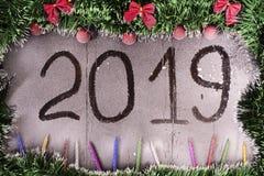 więcej toreb, Świąt oszronieją Klaus Santa niebo Czerwone piłki, świecidełko, świeczki na śnieżystym drewnianym tle z wpisowy 201 zdjęcie royalty free