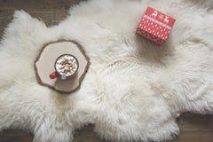 więcej toreb, Świąt oszronieją Klaus Santa niebo Gorąca czekolada w domu, odpoczynek, czerwony prezent, Odgórny widok kosmos kopi Obraz Stock