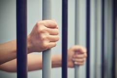Więzień blokował w więzieniu, ręka chwyta zmonopolizowani stalowi pręt które i Zdjęcia Stock