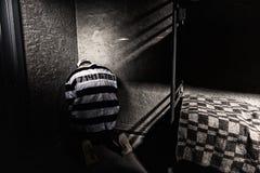 Więzień siedzi w kącie w małej cela więziennej Obraz Royalty Free