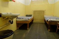 Więzienie komórka z dwa koj łóżkami i zlew wystawiamy w Stasi muzeum w Leipzig, Niemcy zdjęcie stock