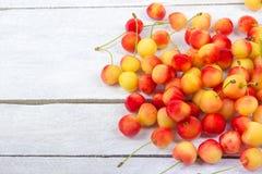 Wiśnia w pucharze Świeża żółta wiśnia Wiśnia na białym drewnianym tle Pojęcie zdrowa dieta jagody Obraz Stock
