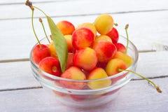 Wiśnia Wiśnie w pucharze Świeża żółta wiśnia Wiśnia na białym drewnianym tle pojęcia zdrowe jedzenie Zdjęcia Stock