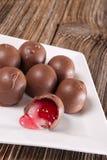 Wiśnia wypełniający czekoladowy cukierek, naczynie fotografia royalty free