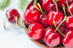 Wiśnie owocowe w pucharze na białym tle Zdjęcia Royalty Free