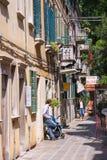 Молодой отец с детской дорожной коляской в Венеции ждать его wi Стоковое Изображение RF