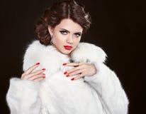秀丽白色皮大衣的时装模特儿女孩 美丽的豪华Wi 免版税库存照片
