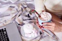 Wi calientes dulces del cacao de la Feliz Navidad de la mañana de la bebida hermosa de la mujer Fotos de archivo libres de regalías