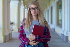 Wi confiados jovenes de pelo largo del estudiante de la colegiala del adolescente de la muchacha Imagen de archivo libre de regalías