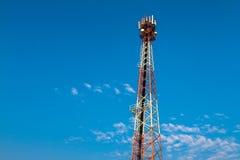 WI de technologie du sans fil du mât TV de tour de télécommunication d'antennes Photographie stock libre de droits