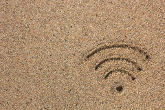 Wi-FI-Zeichen gezeichnet in den Sand Lizenzfreie Stockfotografie