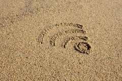 Wi-FI-Zeichen gezeichnet in den Sand Lizenzfreie Stockbilder