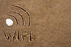 Wi-FI-Zeichen gezeichnet in den Sand Text wifi auf Sand Stockbild
