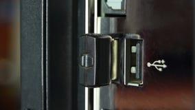 Wi-Fiadapter wird an den Computer angeschlossen stock video