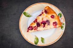 Wiśnia tort na talerzu Obrazy Stock